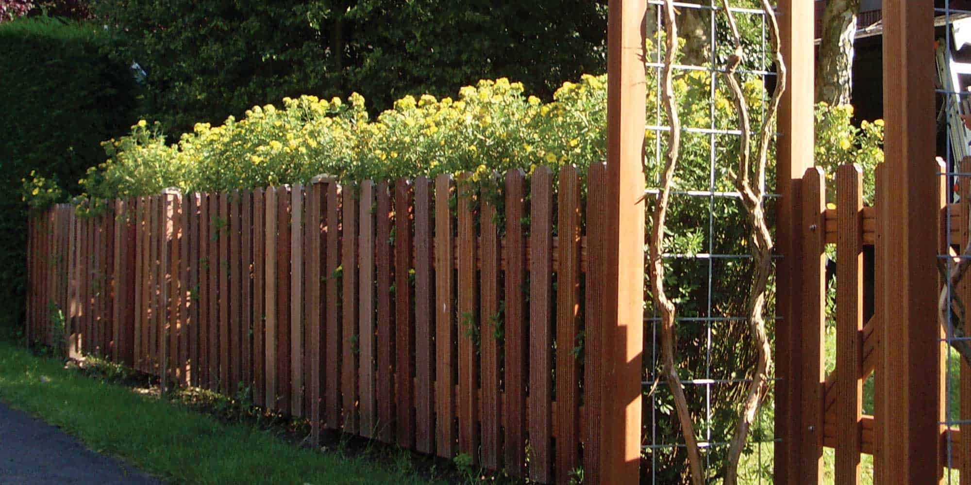 Holzzaun Kunststoffzaun • Geliefert oder fertig montiert