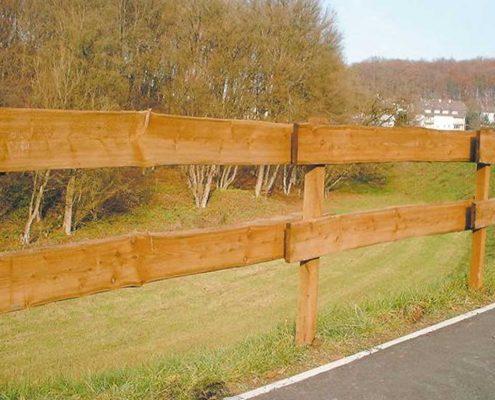 Holzbohlen-Zaun