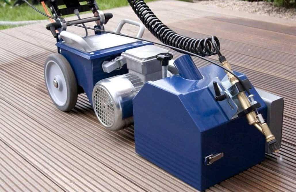 Terrassenreinigungsmaschine-im-Einsatz
