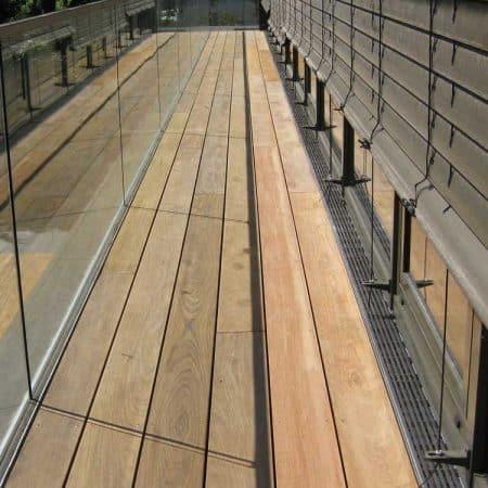 Holzdielen aus Ipé für Balkon im Staffelgeschoss