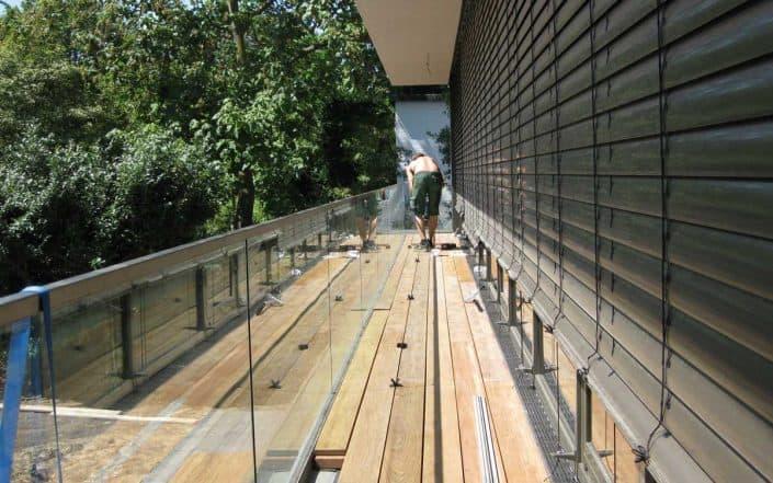 Montage Holzdielen aus Ipé für Balkon im Staffelgeschoss